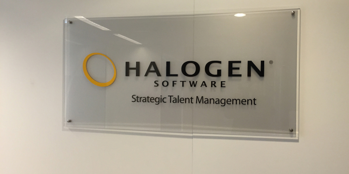 Logobord bij Halogen met RVS bevestigingsbeslag.